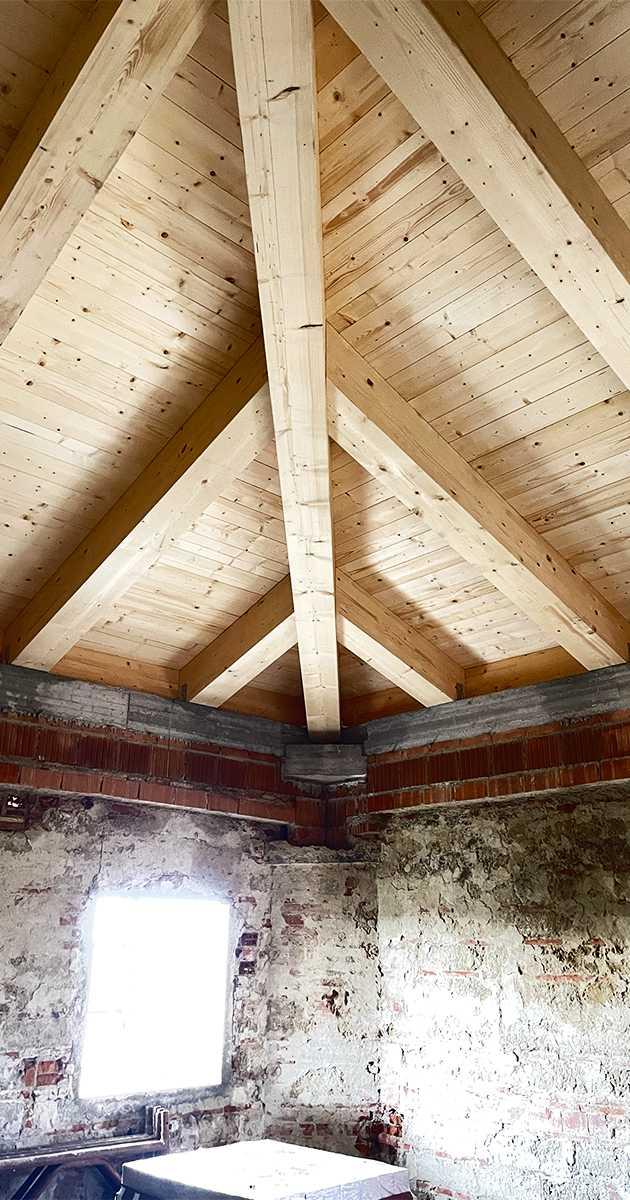 diagonale travatura in legno trattato